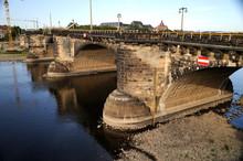 Niedrigwasser 2018, Der Pegelmessstab An Der Augustusbrücke Liegt Trocken, Dresden, Sachsen, Deutschland, Europa