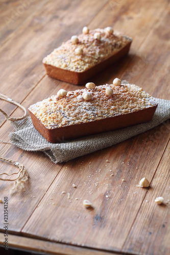 Fotografía Caramel Hazelnut Financier with Crumble Topping - traditional French cake, on wooden table