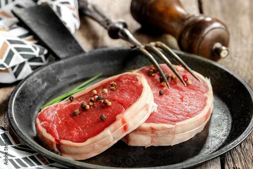 Tournedos de bœuf cru sur table rustique en bois