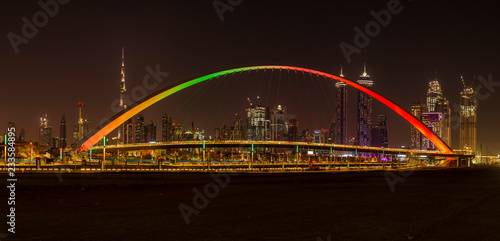 Photo  Tolerance Bridge in Dubai at night with impressive Dubai skyline in the backgrou