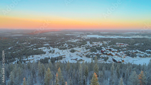 Photographie  AERIAL CLOSE UP Flying over frozen pine trees, revealing Levi ski resort Finland