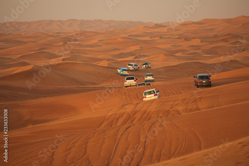 Photo Off-road adventure with SUV driving in Arabian Desert at sunset