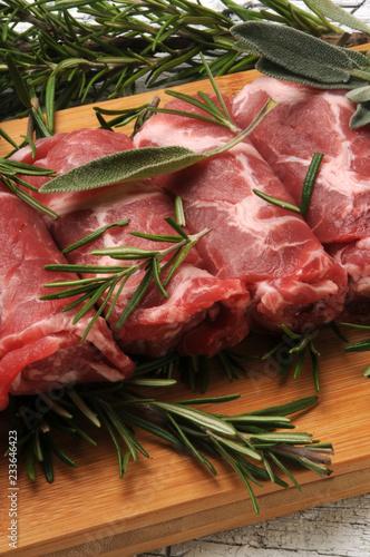 Involtini di carne 61124331 サルティン・ボッカ סלטימבוקה Saltimbocca uncooked Сальтимбокка