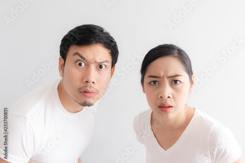 Fotografia Funny face of lovers couple in doubt at an unbelievable thing that they are look