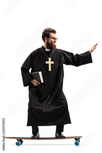 Carta da parati Priest riding a longboard