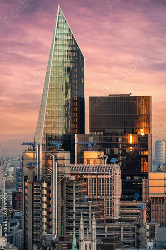 Poster London Die markante Architektur der City von London bei Sonnenuntergang