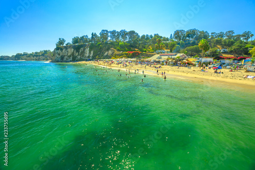 Staande foto Amerikaanse Plekken Spectacular Paradise Cove in Malibu, California, United States with turquoise waters seen from Paradise Cove Pier. Luxurious travel destination on Pacific Coast. Little Dume beach in the distance.