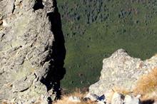 Skalne Urwisko W Tatrach, Niebezpieczna Przepaść Z Odległym Lasem W Dole