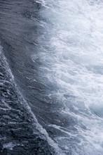 Kleine, Abstrakte Wellen In Dunkelblauem Wasser