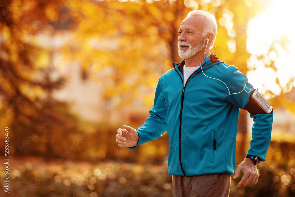 Senior man running in the park <span>plik: #233783470 | autor: ivanko80</span>