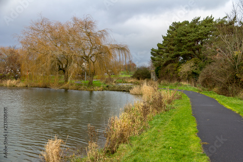 Foto  Curved path along a lake in Naas Park Ireland
