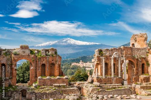 In de dag Europa Griechisch-römisches Theater in Taormina mit Ätna im Hintergrund; Sizilien; Italien