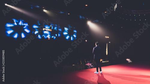 Fotografia speaker on stage in a conference room
