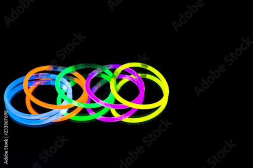 Fotografia  Colorful fluorescent light neon glow stick bracelet strap wristband on mirror re