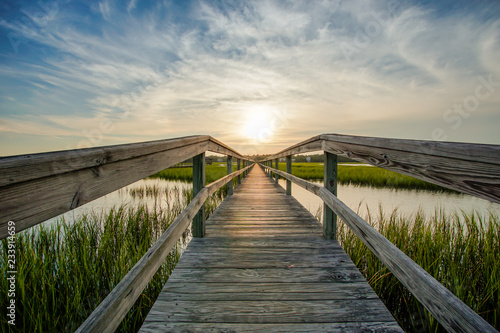Foto coastal waters with a very long wooden boardwalk pier in the center during a col