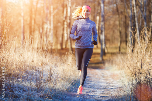 Cadres-photo bureau Glisse hiver Young girl running in the park in early winter