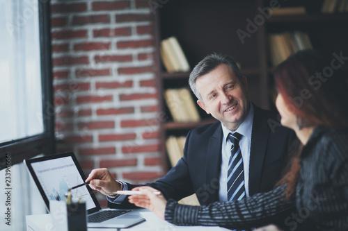 Fotografía closeup.companions discussing financial profit using the laptop.
