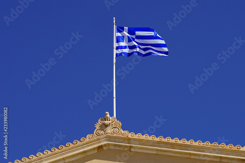 Foto  Greek flag on the greek parliament building in Athens