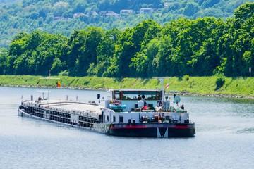 Frachter auf Rhein