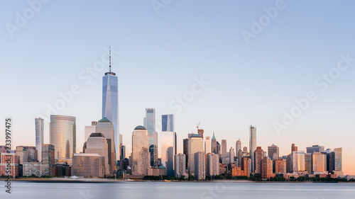 Tela  Skyline of downtown Manhattan over Hudson River under blue sky, at sunset, in Ne
