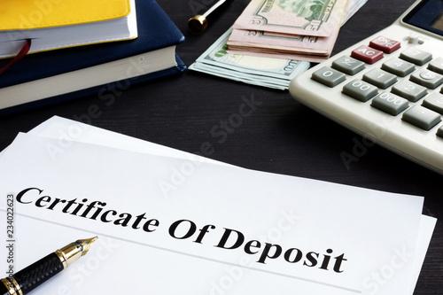 Fotografía  Certificate of deposit and pen in the office.
