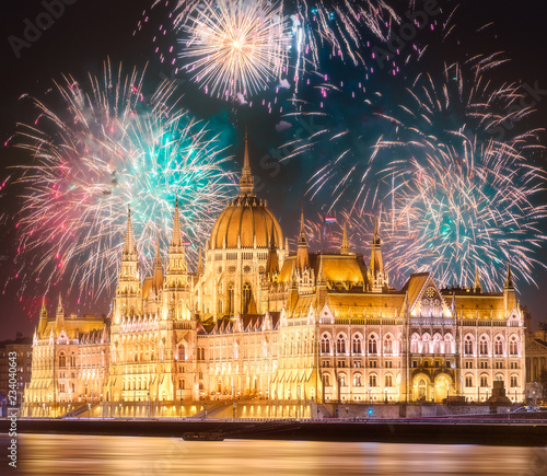 Obraz na plátně  Beautiful fireworks above Hungarian Parliament in Budapest