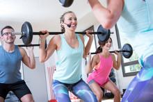 Junge Sportgruppe Trainiert Aerobik Pump Mit Langhantel Im Fitnessstudio