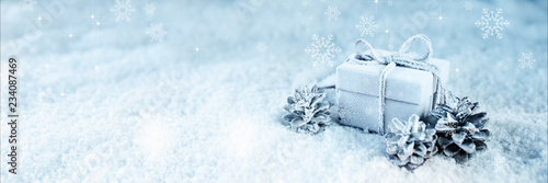 Foto-Vinylboden - Surprise gift in blue frosty snow (von gudrun)