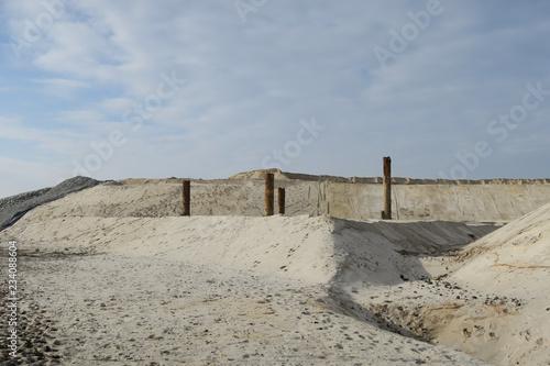 Foto op Aluminium Poort alter verlassener trockengelegter vertrockneter hafen hafenbau