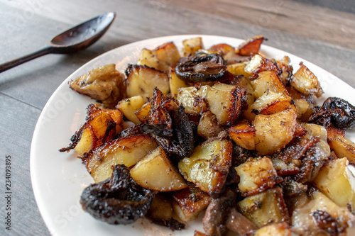 Fotografía  Side dish of roasted vegetables of carrots, potatoes, onions, and mushrooms
