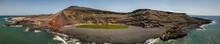 Vista Aerea Del  Charco De Los Clicos, Piccolo Lago D'acqua Salata Dal Colore Verde. Spiaggia Nera Di El Golfo. Formazioni Rocciose Che Costeggiano Il Lago. Lanzarote, Isole Canarie, Spagna, Europa