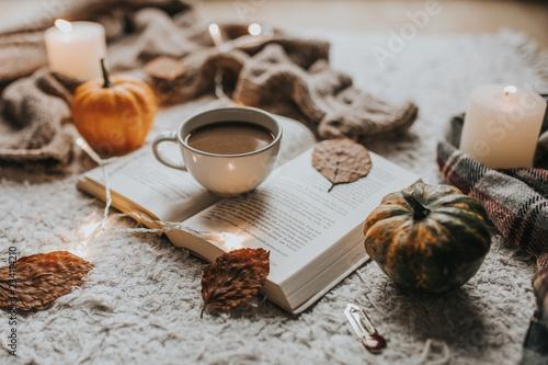 Obraz Jesienna kompozycja, kawa, książki i dynie - fototapety do salonu