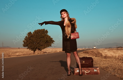 Fotografia  Retro beautiful blond woman portrait on road