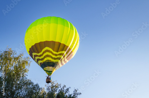 Foto op Canvas Luchtsport Colorful hot air balloon against the blue sky