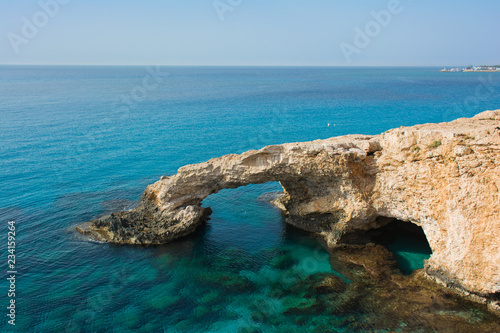 Autocollant pour porte Chypre Bridge of Lovers - beautiful natural arch - on the background of blue sky. Agia Napa, Cyprus
