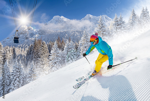 Fotomural  Skier skiing downhill in high mountains