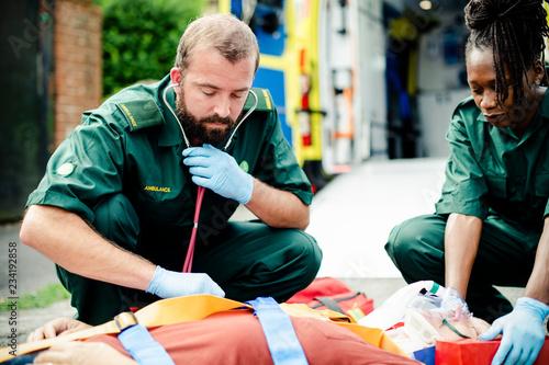 Fotografía  Paramedic team rescuing a critical patient
