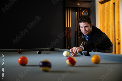 Fototapeta man playing pool