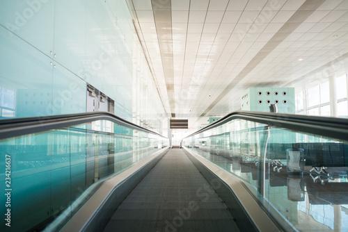 Poster Luchthaven Treadmills in Modern International Airport.