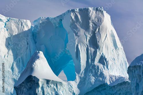 Plakat Góra lodowa unosi się w oceanie Antarctica