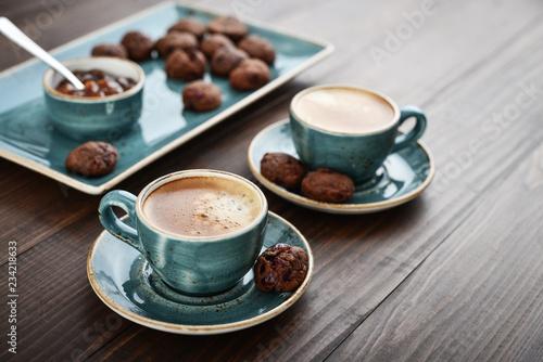 Dwie filiżanki kawy i czekoladowe ciasteczka