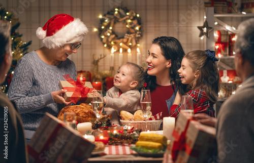 Stampa su Tela family celebrating Christmas