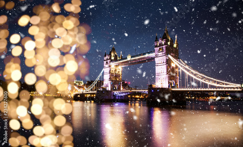 snowing in london - winter in the city