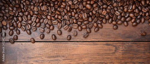 Poster Café en grains Close up of coffee beans on wooden background