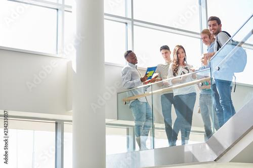 Leinwand Poster  Gruppe Studenten steht im Uni Treppenhaus