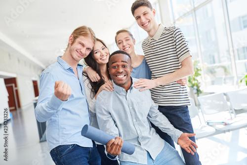 Foto  Studenten Gruppe feiert den Abschluss