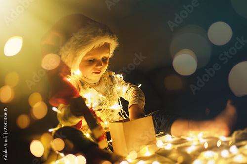 Baby girl opening Christmas presents Tapéta, Fotótapéta