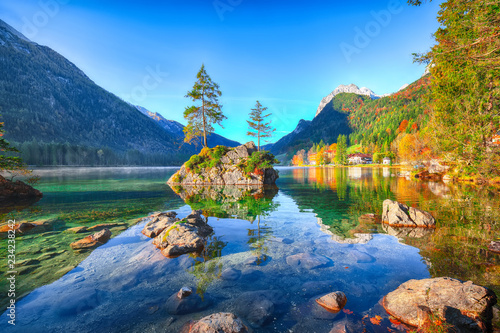 Fotografía  Fantastic autumn sunrise of Hintersee lake