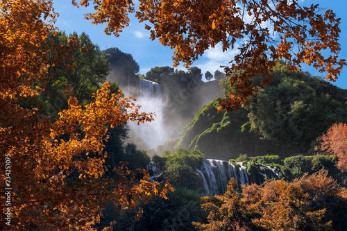 Photo Beautiful autumn landscape with a view of Fabulous Marmore Falls (Cascata delle