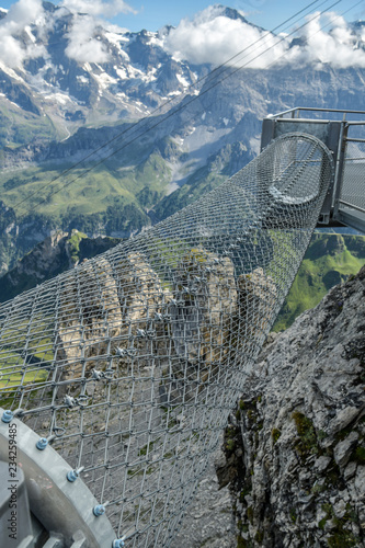 Foto  Adrenaline attraction at the edge of steep cliff in Birg